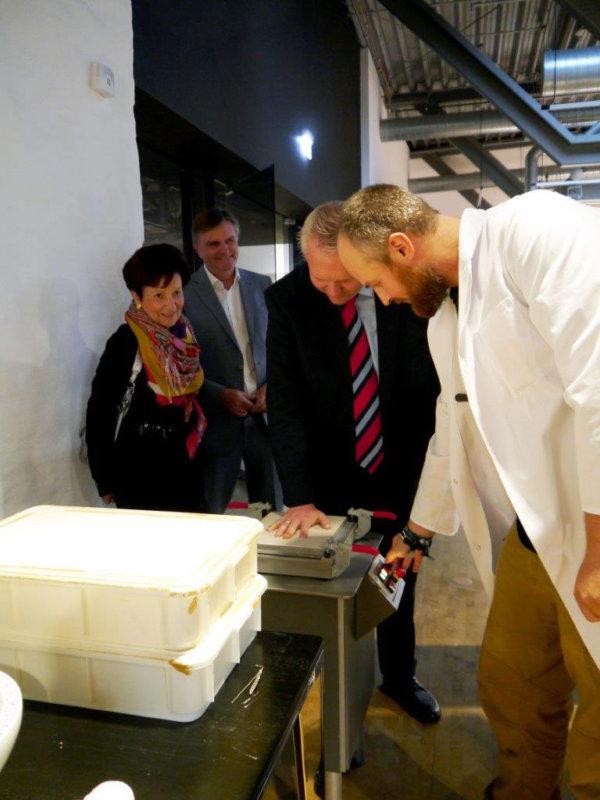Minister Thümler macht einen Handabdruck in Porzellan im Museum Schloss Fürstenberg