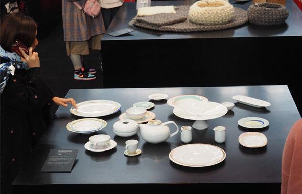 Porzellan von Fürstenberg auf einem Ausstellungstisch aufgebaut