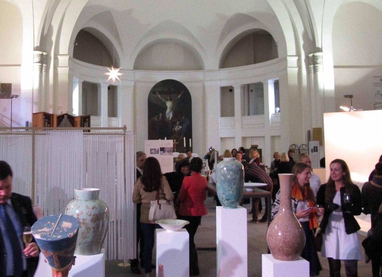 Handmade Tour Made in Germany, Ausstellung in St. Petersburg, im Vordergrund Bodenvasen und Schalen mit der Kristallglasur SOLITAIRE