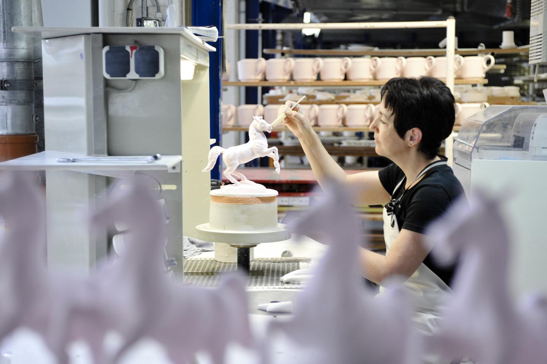Mitarbeiterin der Porzellanmanufaktur FÜRSTENBERG verputzt das Niedersachsenroff aus edlem Porzellan_FÜRSTENBERG Porzellan