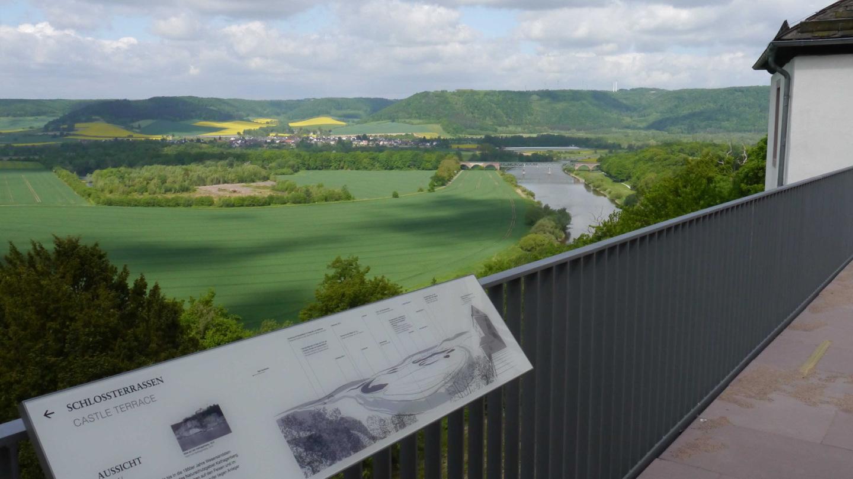 Blick vom Schlosshof der Porzellanmanufaktur FÜRSTENBERG über das Wesertal