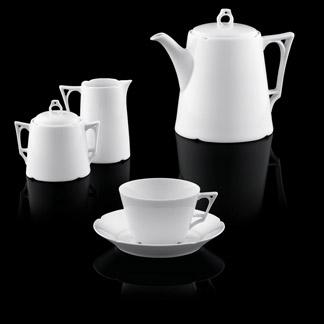 Kaffeekanne, Milchkännchen, Zuckerdose und Kaffeetasse der Form Ariana vor schwarzem Hintergrund