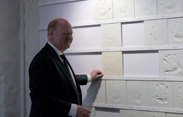 Finanzminister Hilbers platziert seinen Handabdruck aus Porzellan