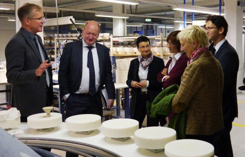 Finanzminister Hilbers besucht die Produktion der Porzellanmanufaktur Fürstenberg