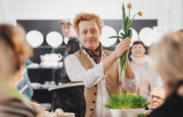 Björn Kroner-Salié mit zwei Tulpen in der Hand