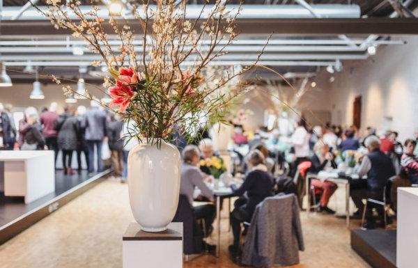 Große weiße Porzellanbodenvase mit großem Blumenstrauß