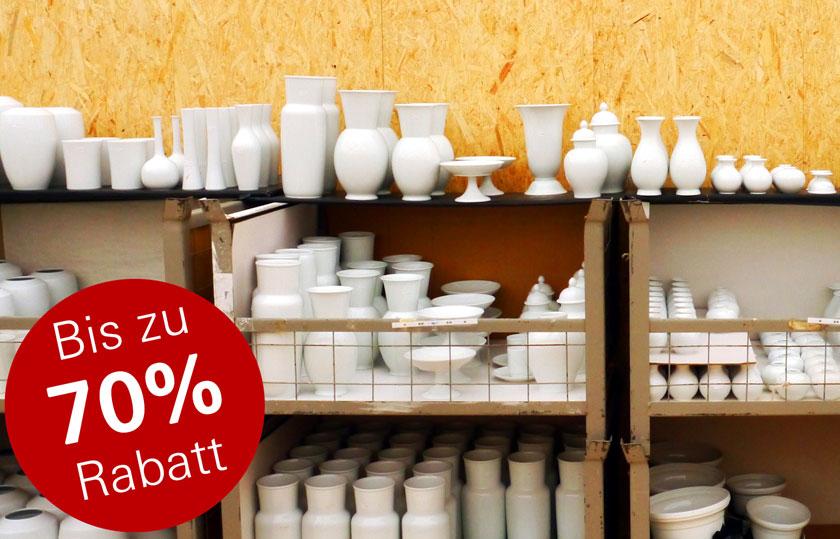 Regale mit Porzellan, links ein Hinweis bis zu 70 % Rabatt
