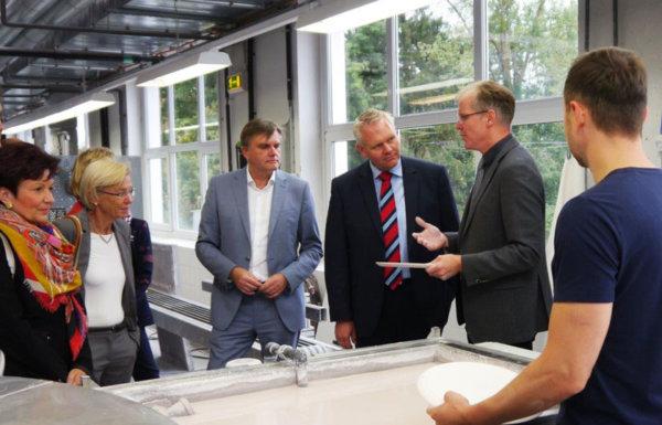 Minister Björn Thümler schaut sich die Produktion in Fürstenberg persönlich an und lässt sich die Techniken erklären.